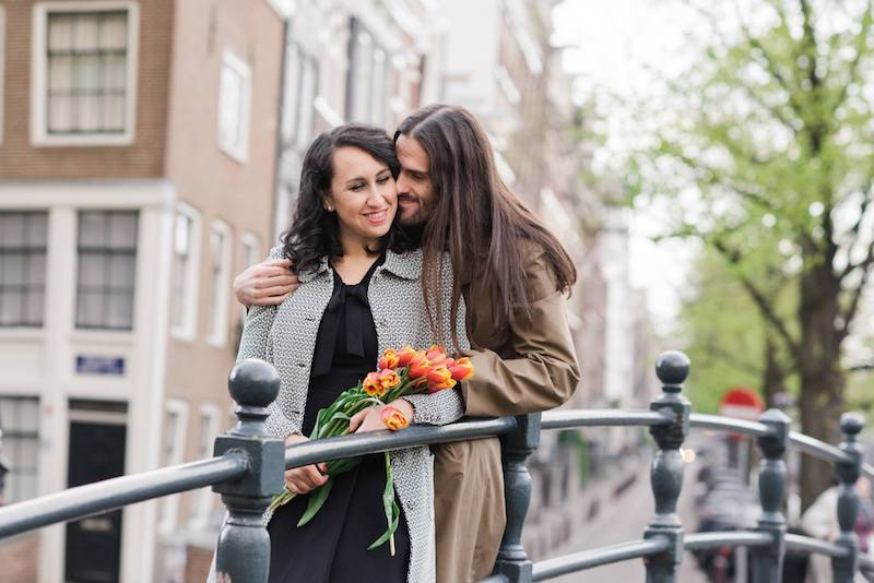 Couple with tulips in Amsterdam. See more elopement inspiration and photos with practical tips.