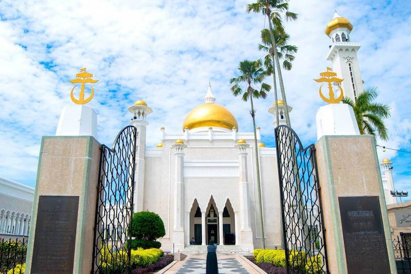 Sultan Omar Ali Saifuddin Mosque, one of Asia's most beautiful mosques. Read about why it's the top sightseeing attraction in Bandar Seri Begawan! #Brunei
