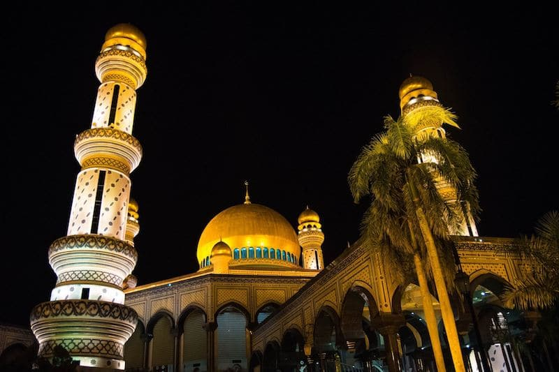 Jame Asr Hassanil Bolkiah mosque in Brunei at night. See Brunei's largest mosque and why you need to visit Brunei's mosques in BSB! #Brunei