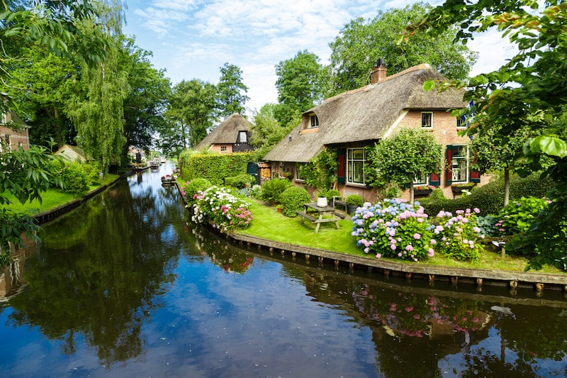 Giethoorn, one of the most beautiful towns in the Netherlands. Read how to get to Giethoorn from Amsterdam via Zwolle & why you should visit Zwolle.