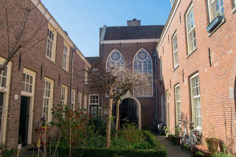 Beautiful hofje in Amsterdam where people still live! Read about what it's like to live in Amsterdam as a foreigner!