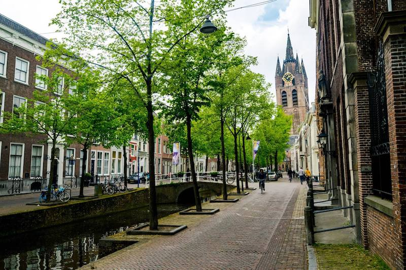 Beautiful canal in Delft. Read how to find an affordable rental apartment in Holland written by an expat!
