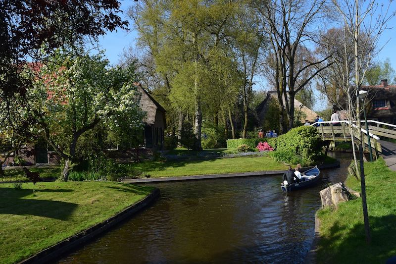 Planning your day trip from Amsterdam to Giethoorn? Your guide to visit Giethoorn the Netherlands, the Dutch village without roads. #travel #Dutch #Netherlands