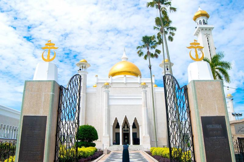 Brunei mosque. Read tips for visiting Borneo with a complete itinerary for the best things to do in Borneo.