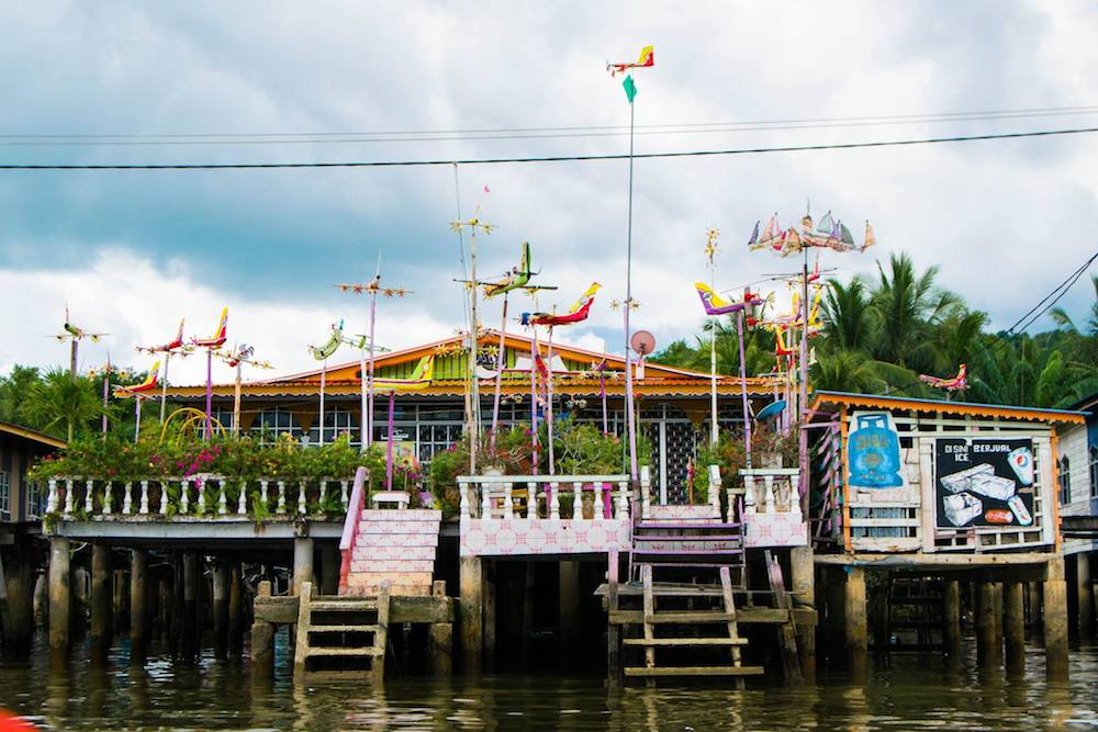 House in Brunei water village, a must-see for people visiting Borneo. Read an itinerary for what to do in Borneo including a complete itinerary for Borneo.