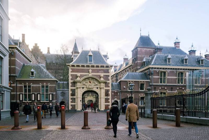 Lovers of history can't miss the Binnenhof and the King's working palace in the Hague! These two iconic Dutch buildings are two things in the Netherlands that you need to see! #netherlands