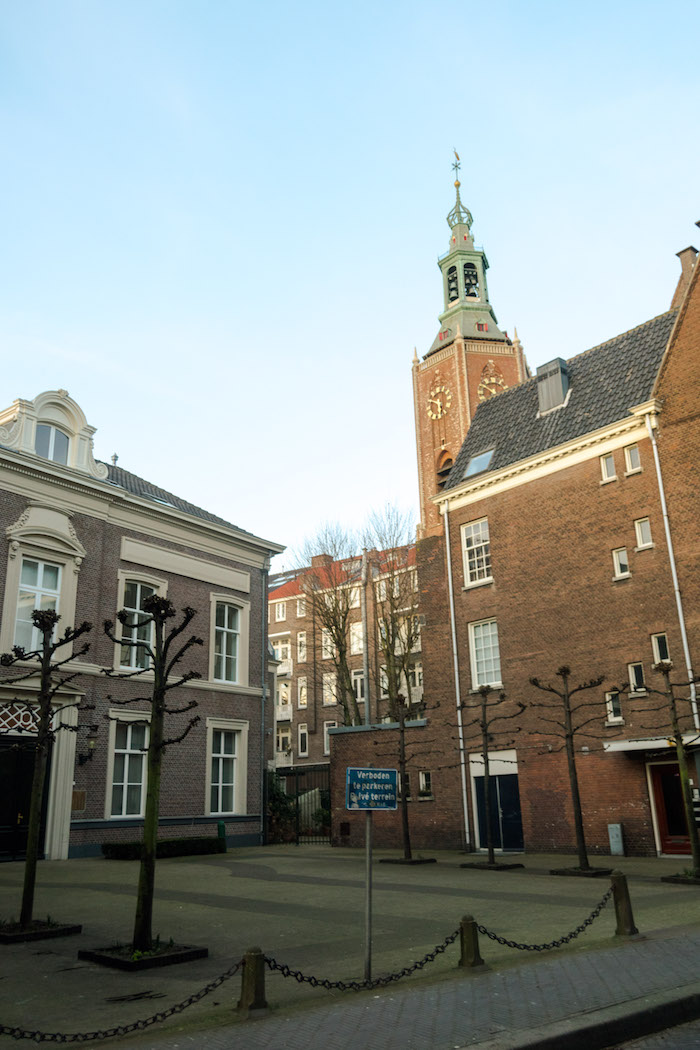 Beautiful square in the Hague / Den Haag with a view of the Grote Kerk in Den Haag. Read about what to do in the Hague by a resident! #travel #Netherlands #architecture #Holland #denhaag #thehague #cityscapes