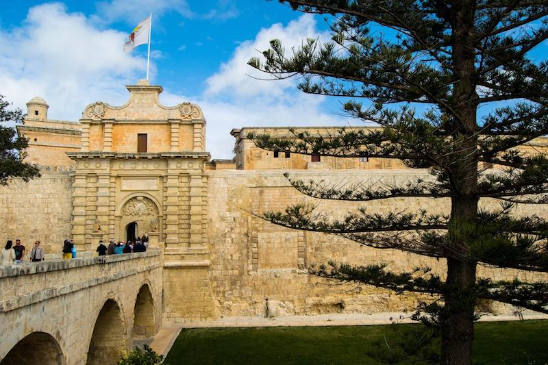Mdina Gate in Mdina Malta. This historic gate is one of the best things to see in Malta and it's possible to visit Mdina, a UNESCO city, without a car! #mdina #malta #unesco #travel #europe