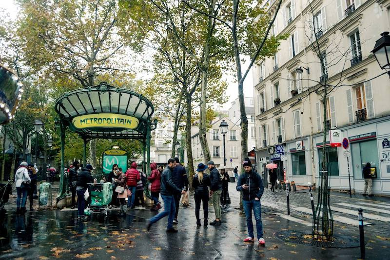 Tips to avoid being pickpocketed on the Paris Metro with what NOT to do in Paris if you don't want to be scammed. | Scams in Paris | Safety tips for Paris #travel #Paris #france #europe #scams