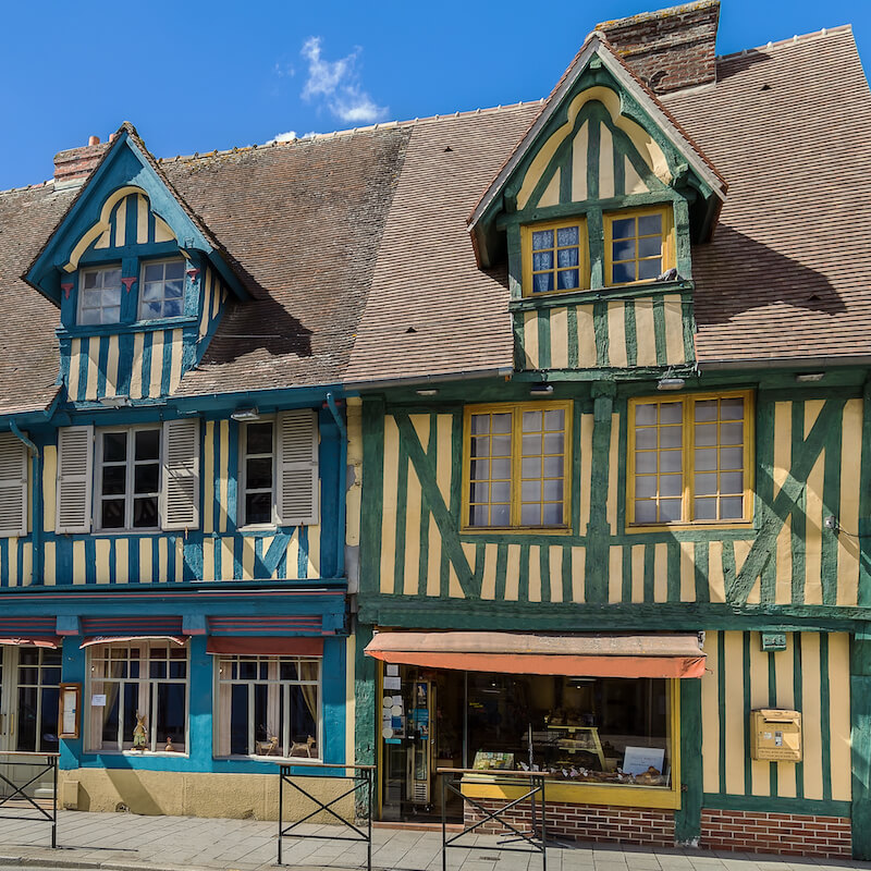 Beautiful houses in Normandy. Read what you must include on your Normandy road trip! #cider #normandy #france