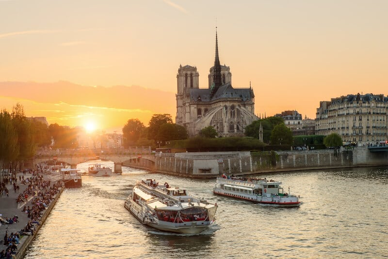 Tips on how to avoid scams in Paris written by an insider. Read more tips on what not to do in Paris to avoid getting robbed. #travel #Paris #france