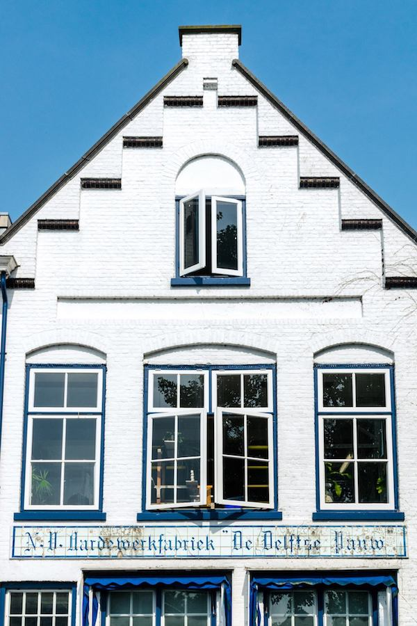 Beautiful historic exterior of one of the last remaining Delftse Pauw factories in Delft whre you can see authentic Dutch Delftware being made in front of you for free. #travel #netherlands #holland