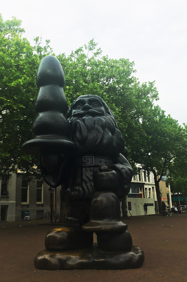 Santa Claus statue in Rotterdam by artist Paul McCarthy, one of the best things to see in Rotterdam. #travel #art #rotterdam