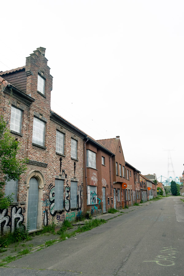Historic home in Doel, Belgium with graffiti. Read what it's like to visit the Belgian ghost town of Doel, Belgium. #travel #belgium #doel #graffiti #abandonedplaces #streetart