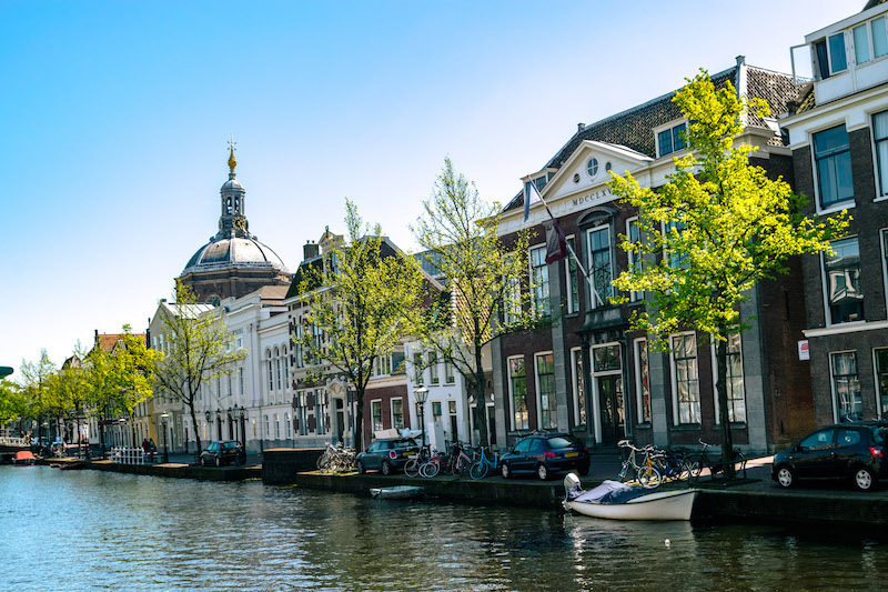 Oude Singel, one of the most beautiful canals in Leiden. You can see the canals without the crowds in Leiden. Take a day trip to Leiden! #travel #leiden #canals #netherlands