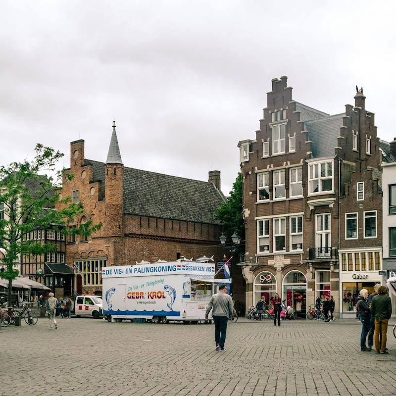 Moriaan, the oldest building in Den Bosch, a wooden building, in view. You can view this stunning building dating back to the 13th century in the middle of the Markt square. #travel #denbosch #nederland #brabant