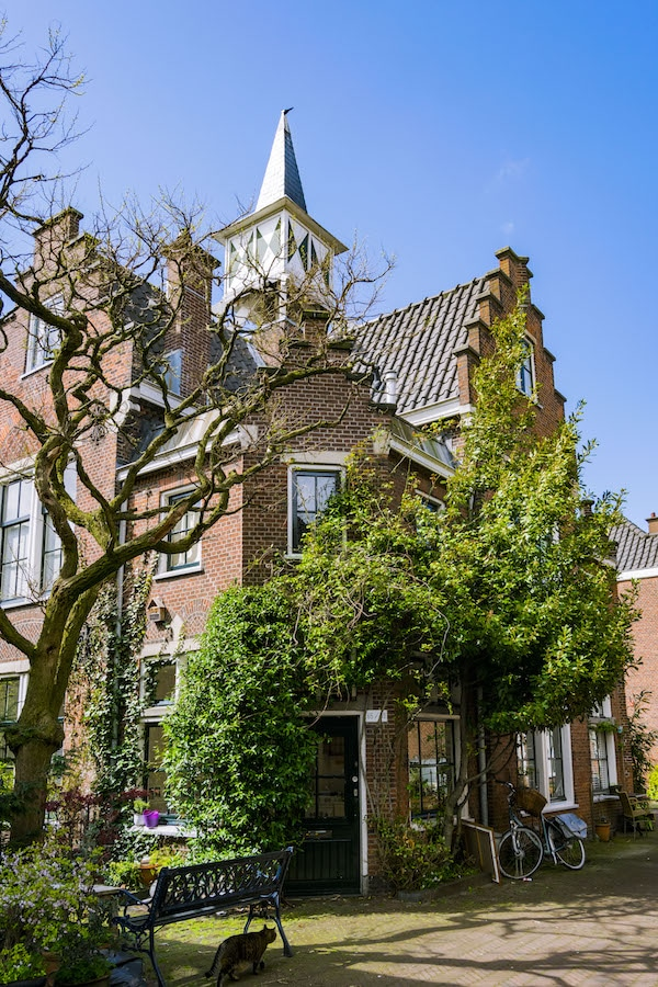 Wijnand Esserhof, a historic hofje and one of the secret places in the Hague that you'll want to visit in this guide to forgotten places in the Hague, the Netherlands. #travel #holland #denhaag
