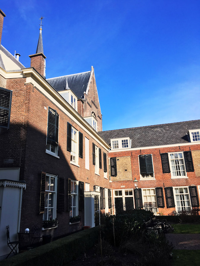 Rusthof Stitching, one of the cutest hofjes in the Hague. These historic courtyards in the Hague are a guarded secret. #travel #holland #denhaag #hague