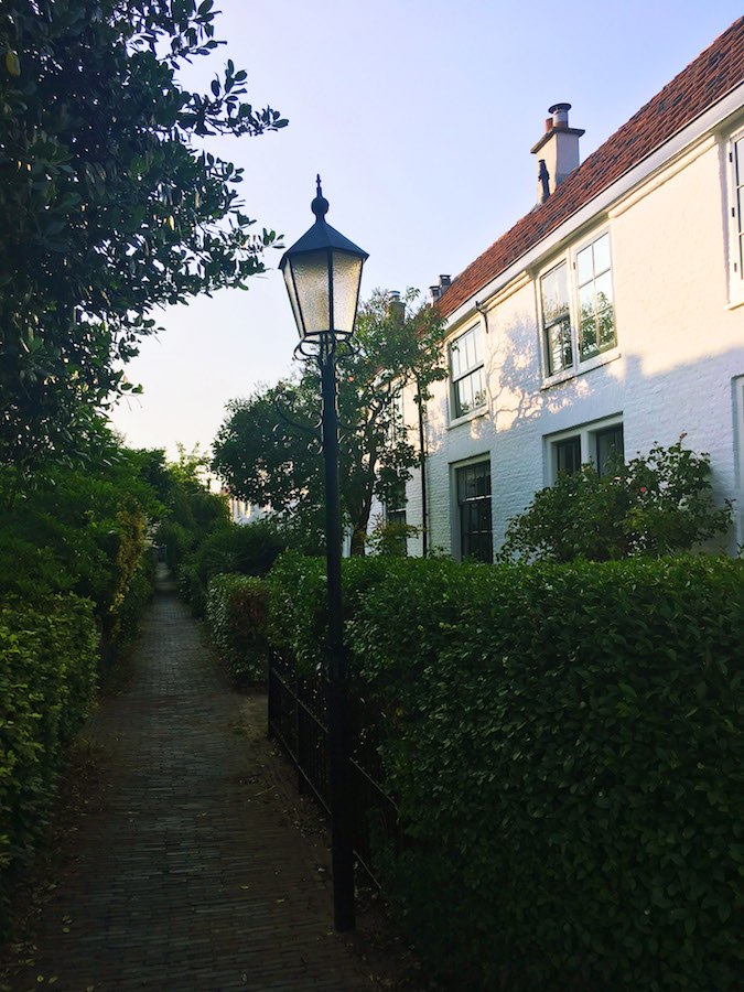Mallemolen 55, one of the most beautiful and well preserved working hofjes in the Hague. Read this insider's guide to the Hague! #travel #denhaag #hofje