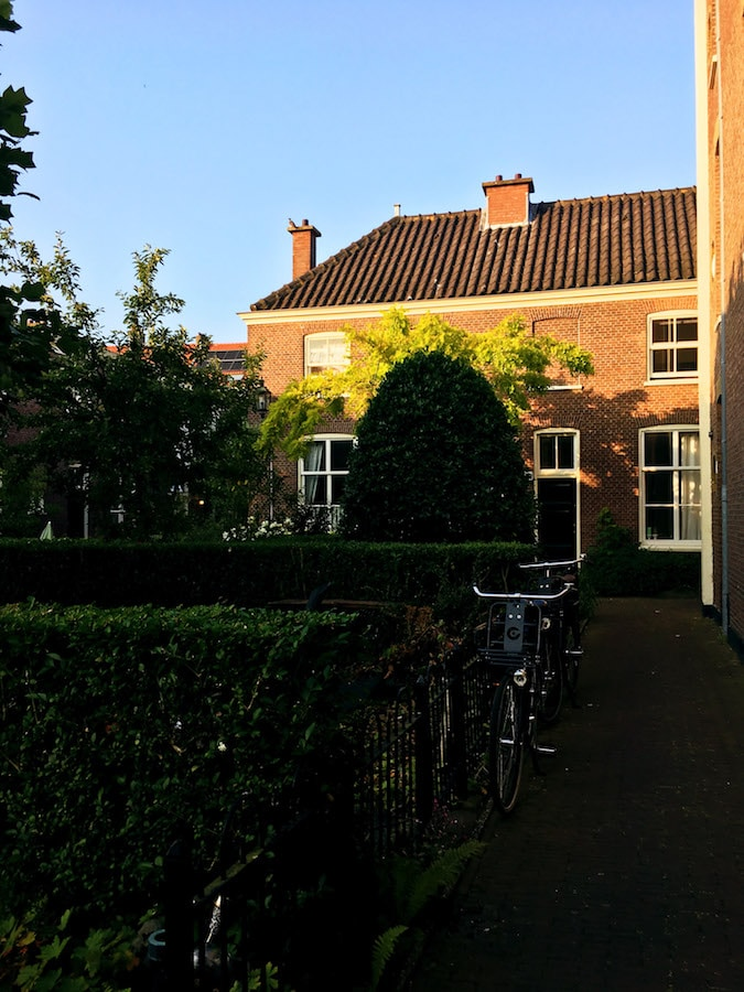 hofje Schuddegeest, a beautiful hofje in the Hague that you'll want to visit. This secret part of the Hague is hidden from street view! #travel #holland #hofje