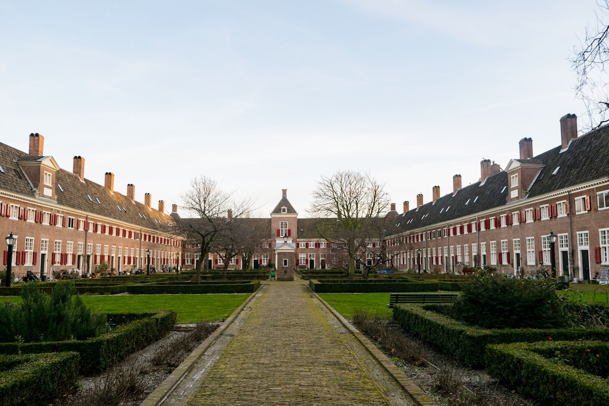Hofje van Nieuwkoop, the largest hofje in the Netherlands. This stunning hofje in the Hague is one of the many hidden courtyards in the Hague that you'll want to visit... #travel #denhaag #hofje
