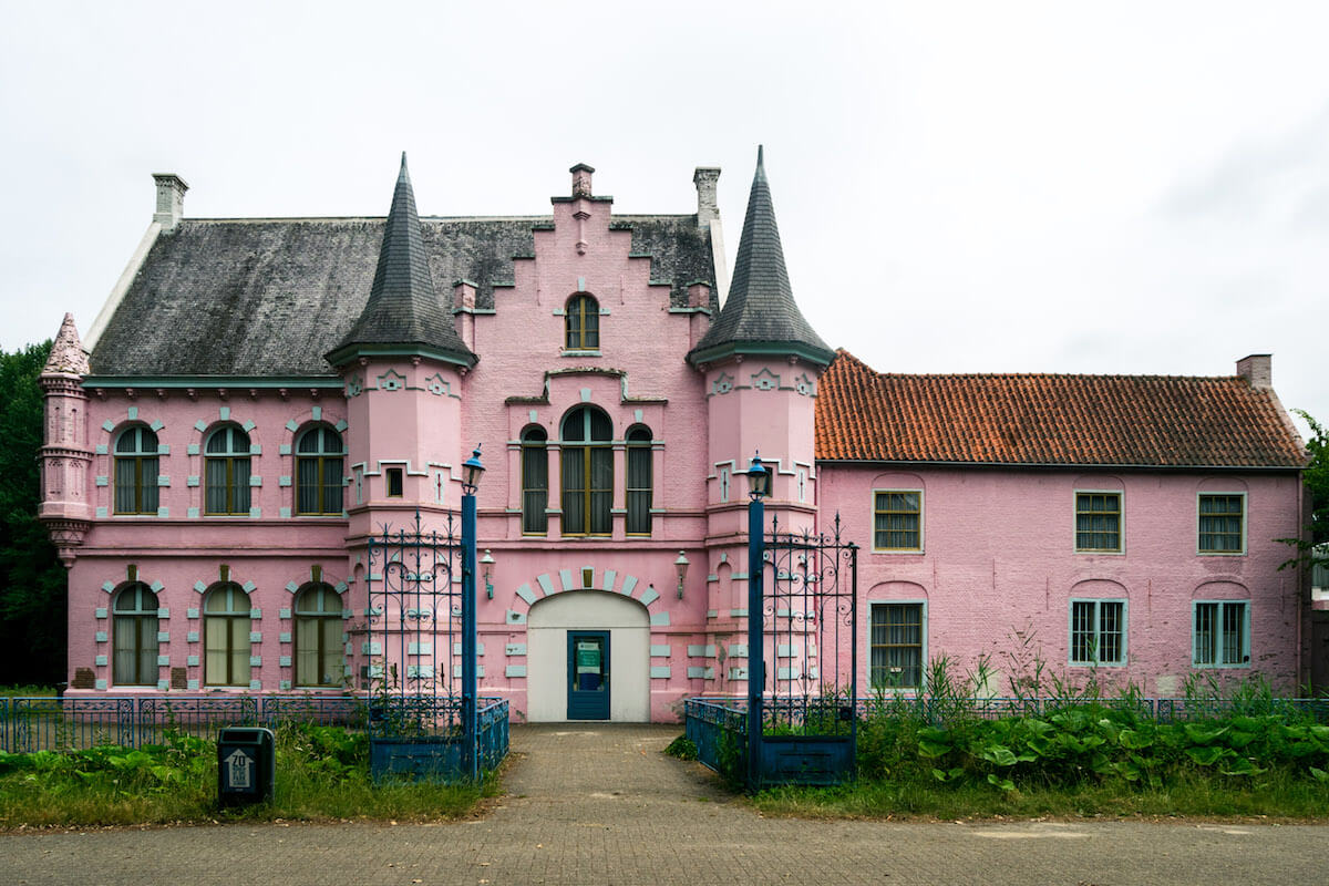 The Roze Kasteel, part of the now abandoned amusement park Land van Ooit. This Dutch amusement park was abandoned in the late 2000s and is now legal to visit! #abandoned