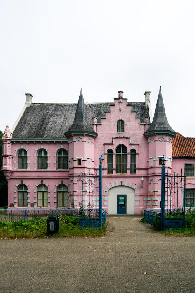 The beautiful Roze Kasteel, an castle that is part of the abandoned Dutch amusement park Land van Ooit is just outside of Den Bosch and can be legally visited! #abandoned
