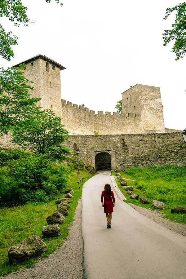 Woman admiring the stunning walls of Bürgerwehr Mönchsberg, the old city walls of Salzburg. This secret place in Salzburg is a local secret! #salzburg #austria
