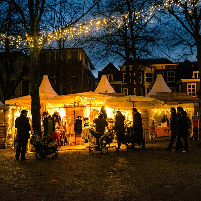 Beautiful lit up scene at the Royal Christmas Market in the Hague. This stunning Christmas market is one of the best Christmas markets in Holland! #travel #holland #christmas #kerst