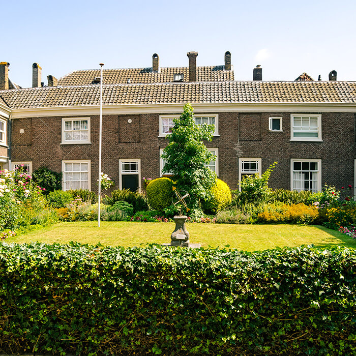 Hof van Slingelandt, the oldest hofje in Dordrecht.  This beautiful almshouse in Dodrecht is worth seeing! #travel #holland #dordrecht #netherlands