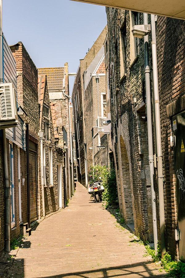Beautiful side alley in Dordrecht along Haringstraat. #travel #holland #netherlands