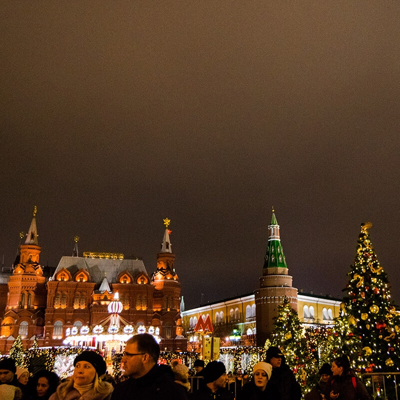 Beautiful lit up Christmas lights in Moscow, Russia. Christmas is a great time to visit Moscow! #travel #russia #moscow