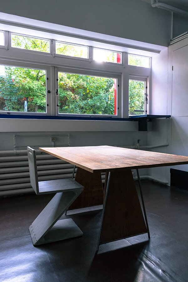 The famous ZigZag chair designed by  Rietveld within the Rietveld Schröderhuis kitchen with a table in De Stijl! #design #furniture #interiordesign