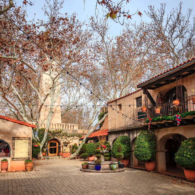 Tlaquepaque Arts and Crafts Village, one of the best places to visit during a weekend in Sedona, Arizona.  This shopping area is perfect for art lovers! #travel #sedona #arizona