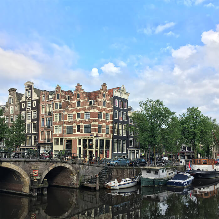 Intersection of Papiermolensluis and Brouwersgracht, one of the most beautiful parts of the Jordaan tha you can't miss on your trip to Amsterdam! #jordaan #amsterdam #canalhouses #holland #netherlands