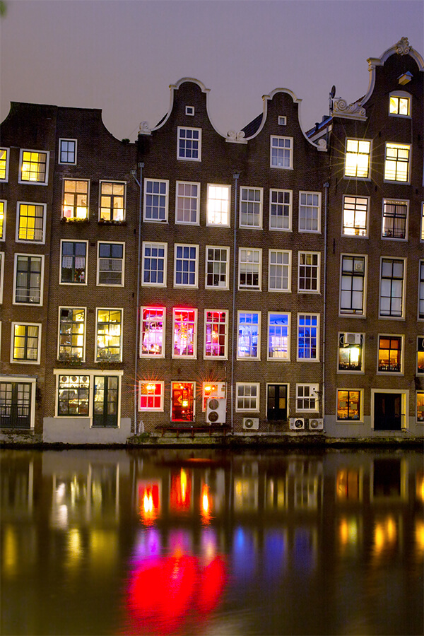 Red Light District in Amsterdam lit up at night: one of the best things to see in Amsterdam! #amsterdam #NYE #netherlands #holland