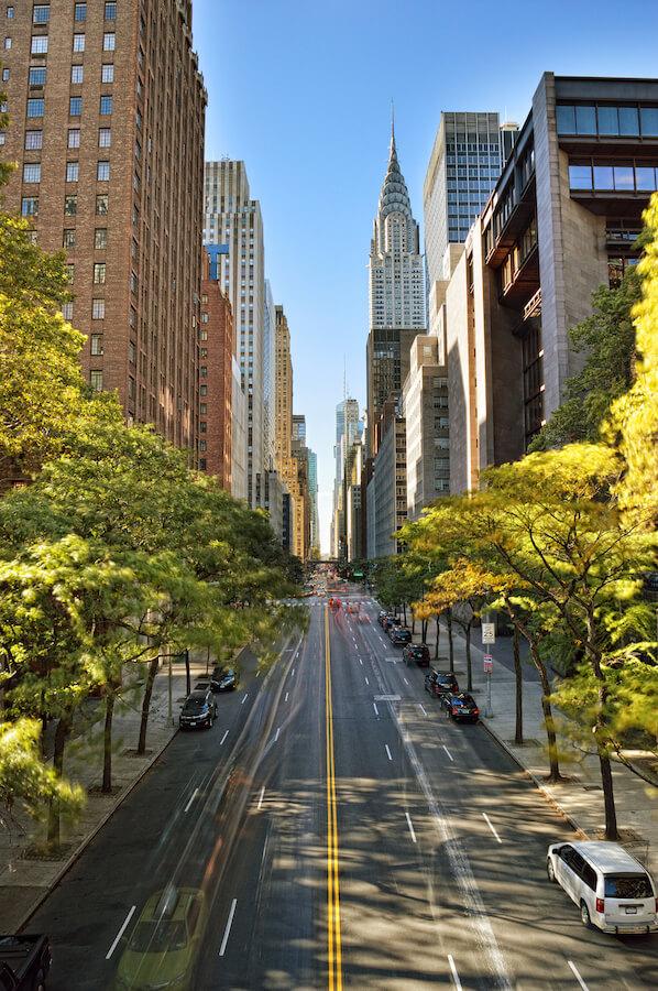 Zicht op het Chrysler-gebouw, een van de verbluffende architectuurstukken die u in New York zult zien. Lees je perfecte New York City-reisschema geschreven door een New Yorker! #NYC #travel