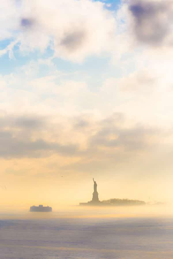 Foto van het Vrijheidsbeeld en Staten Island Ferry, een van de beste dingen om te doen in New York City in vijf dagen. #reis #NYC #NewYork