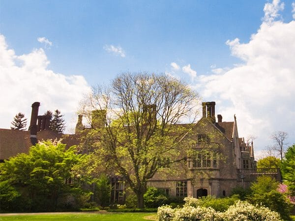 Beautiful mansion on Long Island. See the gilded age along the Gold Coast of Long Island in this Gatsby-inspired guide to a beautiful weekend trip from NYC! #travel #longisland #NewYork