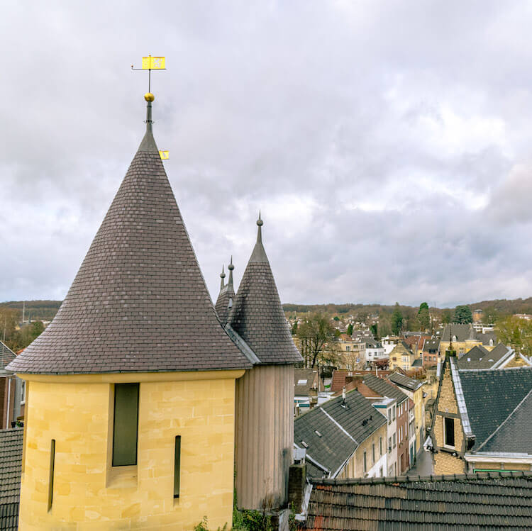 Beautiful view over Valkenburg, one of the most charming cities in the Netherlands with one of the most famous Christmas markets in NL! #netherlands #limburg #valkenburg #castle