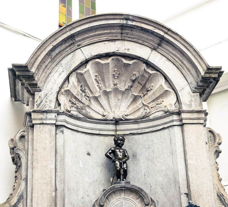 The famous statue, Manneken Pis, is a landmark of Brussels that you can't miss during your weekend in Brussels. #travel #brussels #bruxelles #belgium