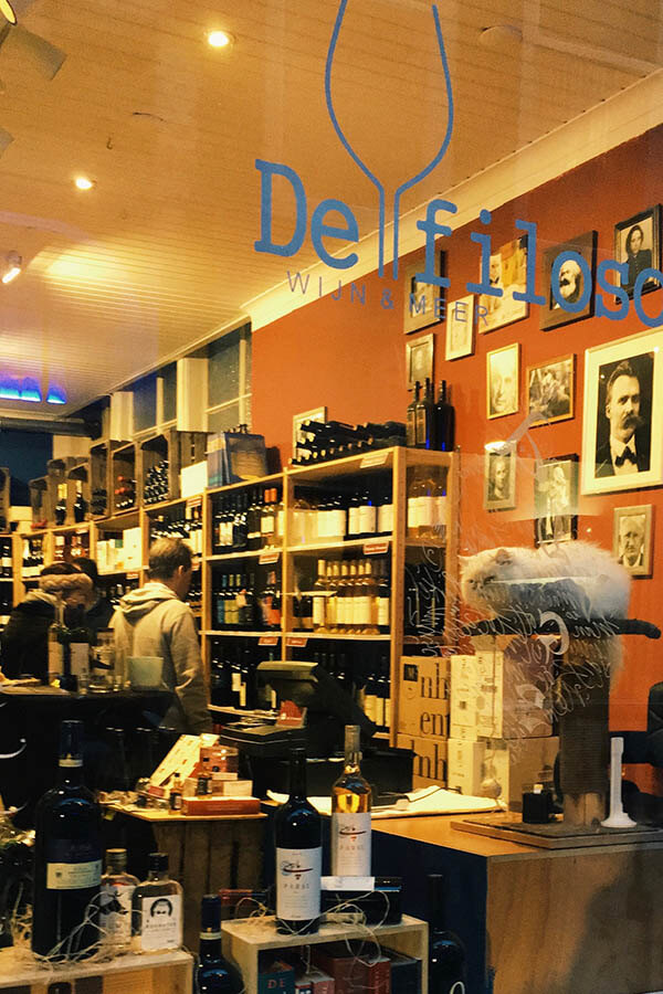 Exterior of de filosoof, a cozy wine shop in the Hague that does intimate wine tastings! #cats #hague