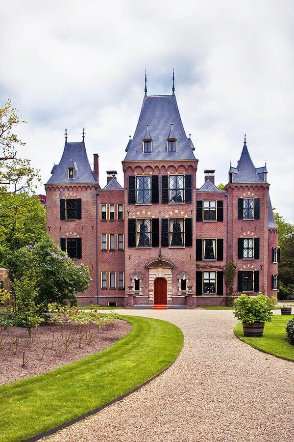 Keukenhof Castle, one of the key places to see when visiting Lisse and Keukenhof. This beautiful tulip garden in Holland is worth visiting! #travel #holland #netherlands #nederland #kasteel #castle