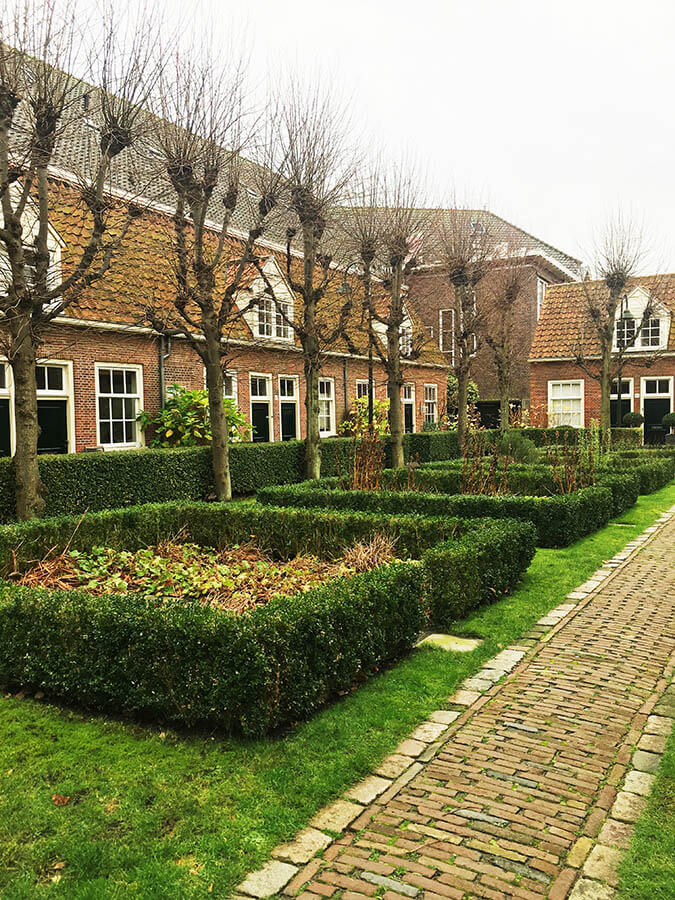 Klaeuwshofje, a beautiful hidden courtyard in Delft.  This secret spot in Delft is a great place to learn about history. #travel #history #delft #holland #netherlands