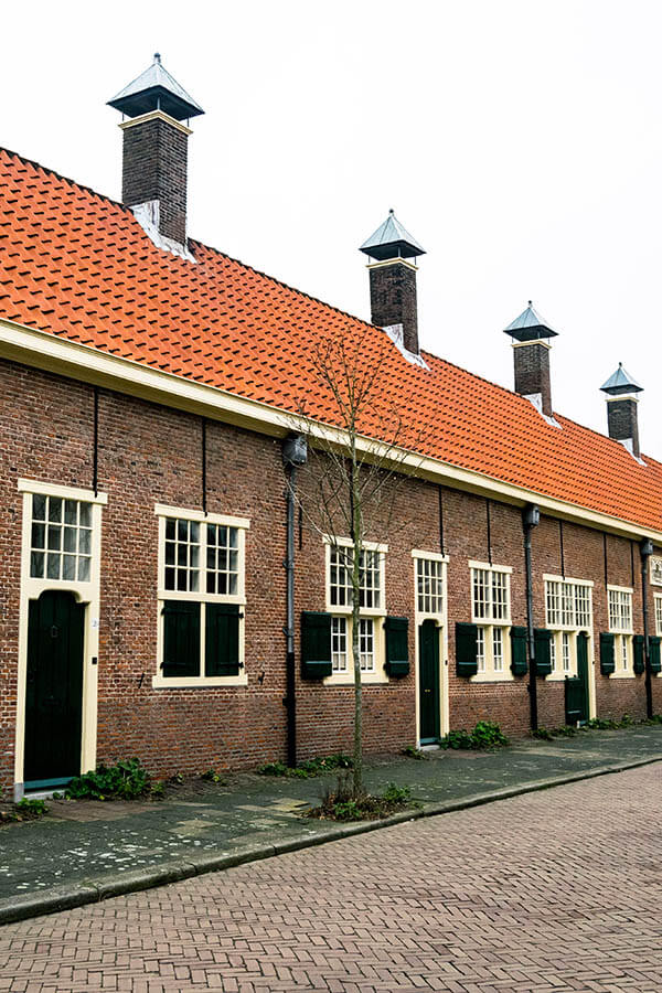 Exterior of Hofje van Gratie, a beautiful courtyard in Delft. #delft #holland