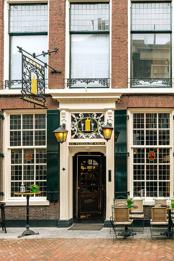 Exterior of De Vergulde Kruik cafe in Leiden, one of the most charming Dutch bars in Leiden./Buiten van De Vergulde Kruik in Leiden, een gezellig bruin café in leiden. #leiden #travel #nederland #holland