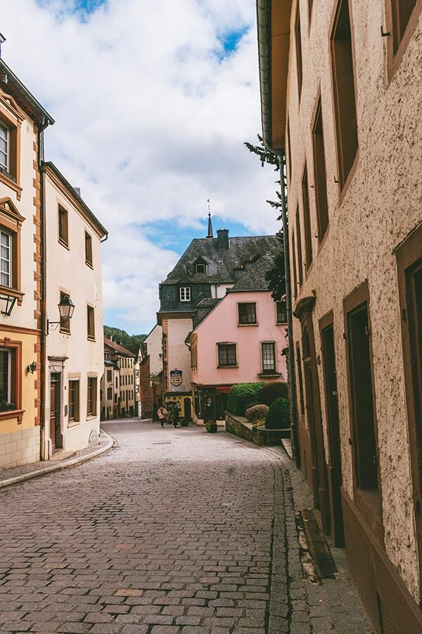 Picturesque cobblestone streets of Vianden, one of the most beautiful places to visit in Luxembourg during a weekend. #luxembourg #vianden