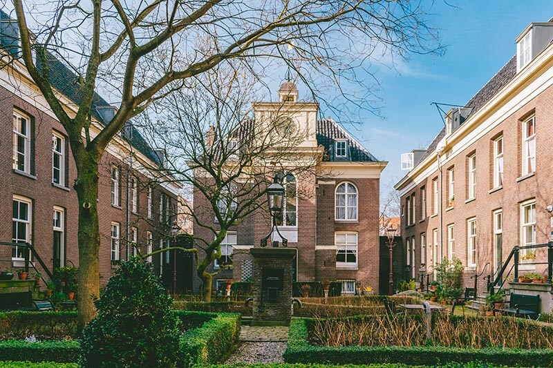 A beautiful hidden courtyard in Amsterdam: Van Brienenhofje