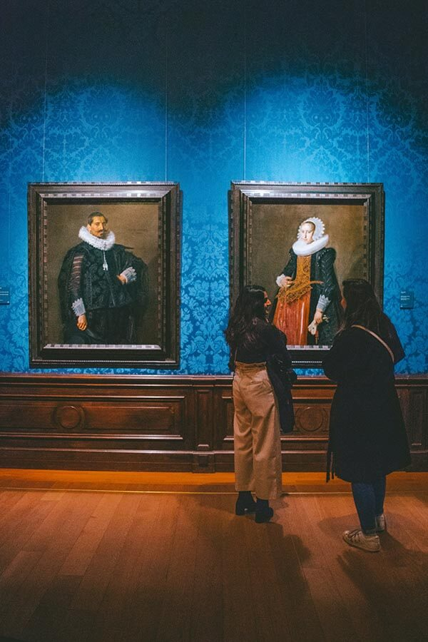 Woman enjoying visiting the Mauritshuis in the Hague